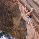 Jakob Schubert klettert Deep Water Soloing Route Alasha (9b)